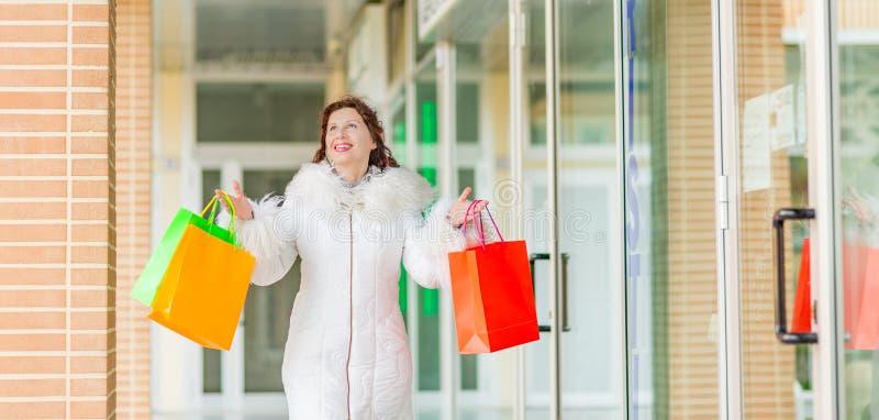 Kobieta chodzi blisko sklepowych okno zdjęcie stock