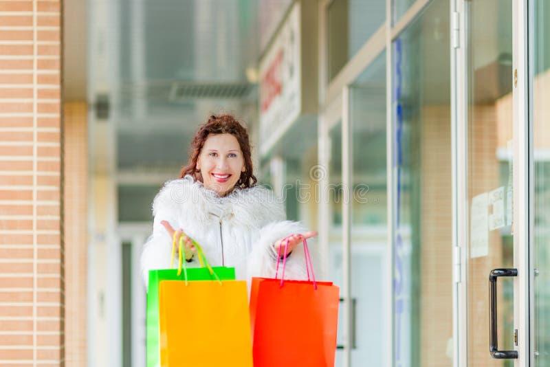 Kobieta chodzi blisko sklepowych okno obrazy royalty free