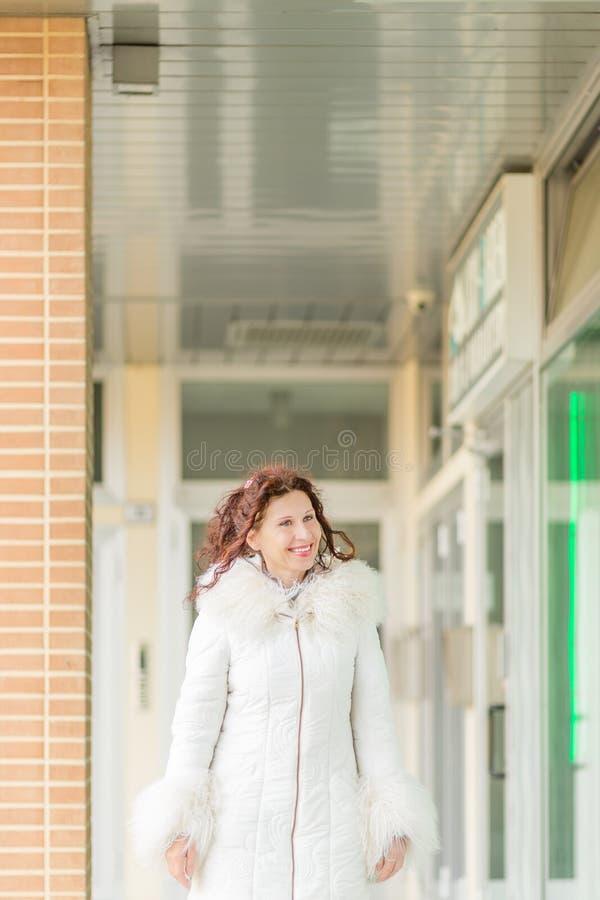 Kobieta chodzi blisko sklepowych okno zdjęcia royalty free