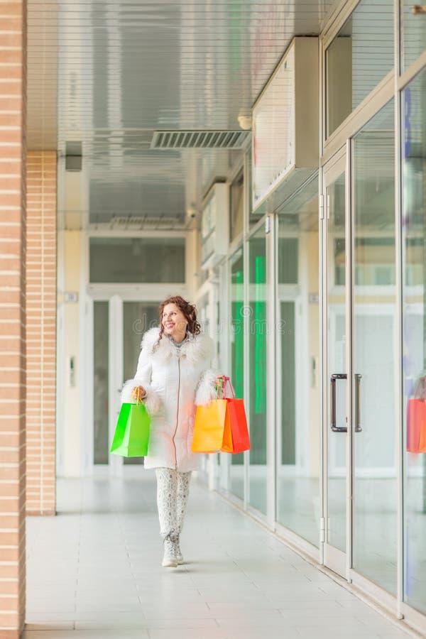 Kobieta chodzi blisko sklepowych okno zdjęcia stock