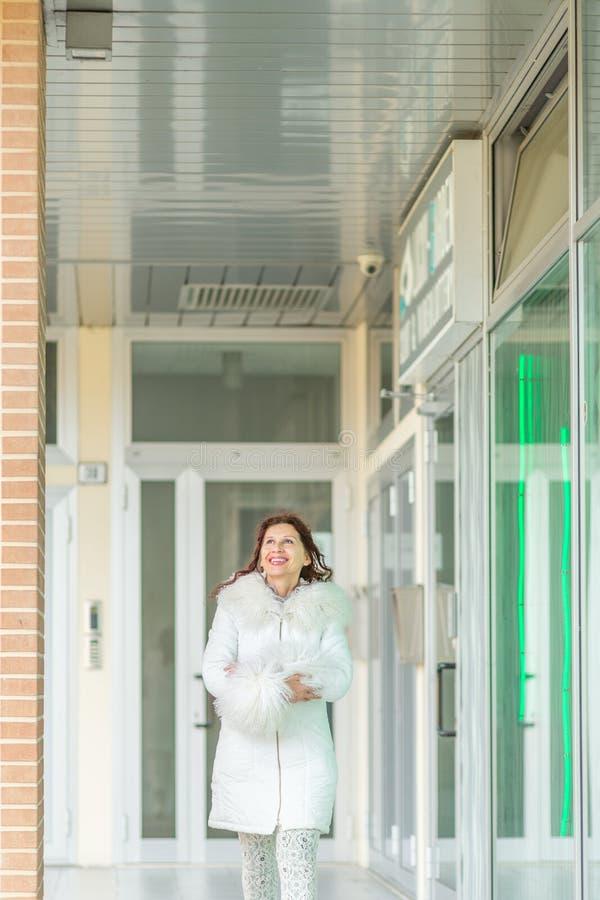 Kobieta chodzi blisko sklepowych okno obraz stock
