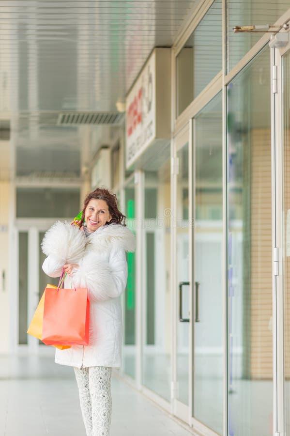 Kobieta chodzi blisko sklepowych okno fotografia royalty free