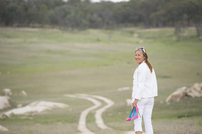 Kobieta chodzi plenerowych mienie szpilki buty zdjęcie stock