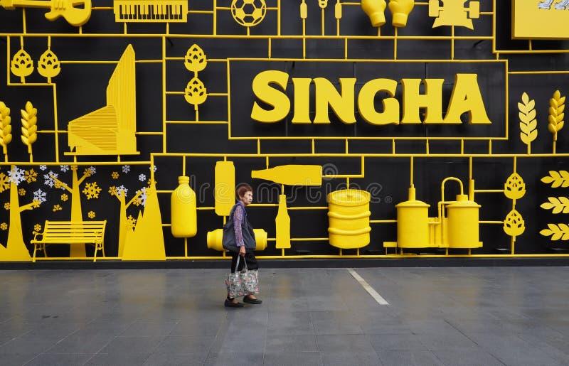 Kobieta chodzi przed Singha piwa ogródem zdjęcia royalty free