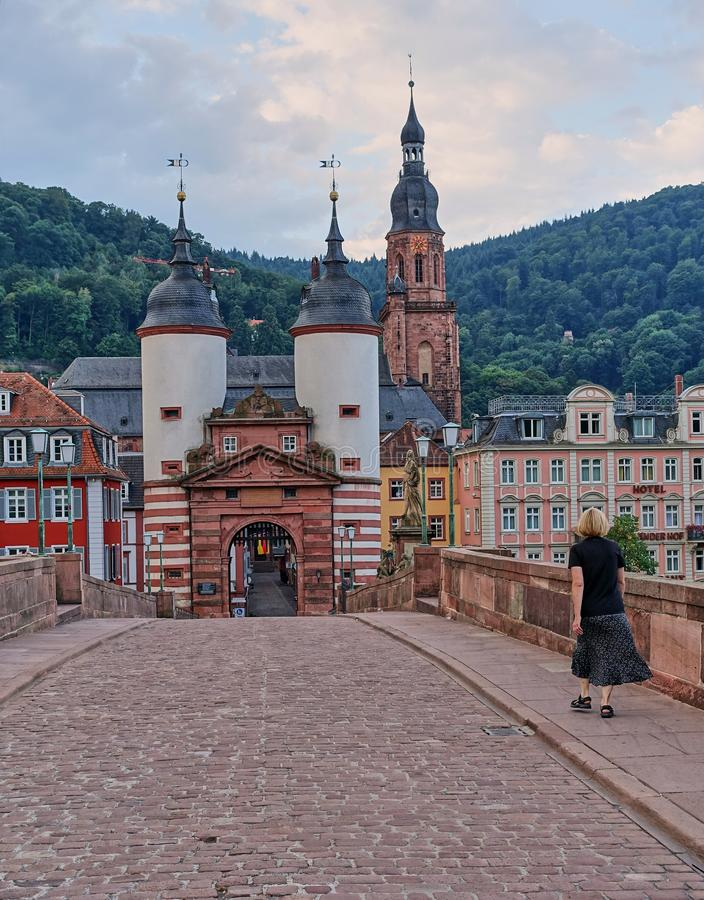 Kobieta Chodzi przez Starego most w miejsce przeznaczenia miasteczku Heidelberg, Niemcy fotografia stock