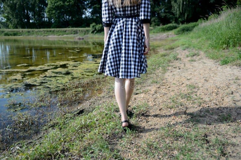 Kobieta chodzi przy jeziorem fotografia stock