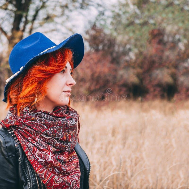 Kobieta chodzi w parku zdjęcia stock