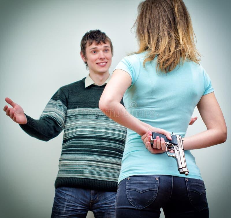 Kobieta chuje pistolet zdjęcie stock