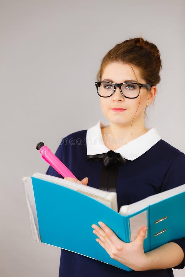 Kobieta chwytów kartoteki myśląca falcówka z dokumentami zdjęcie stock