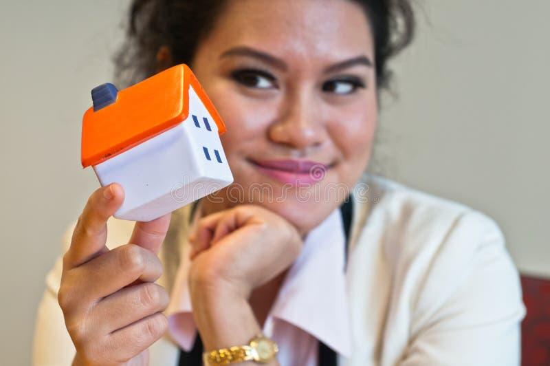 Kobieta chwyt domowy model palcami zdjęcie stock