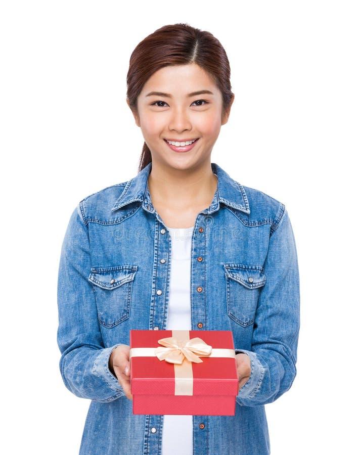Kobieta chwyt z czerwonym prezenta pudełkiem zdjęcie royalty free