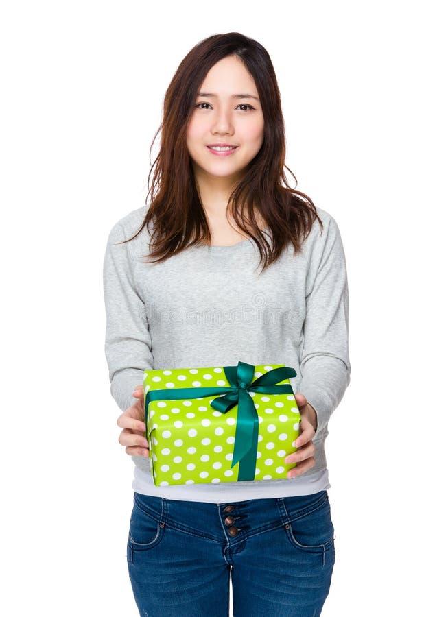 Kobieta chwyt z giftbox zdjęcia royalty free