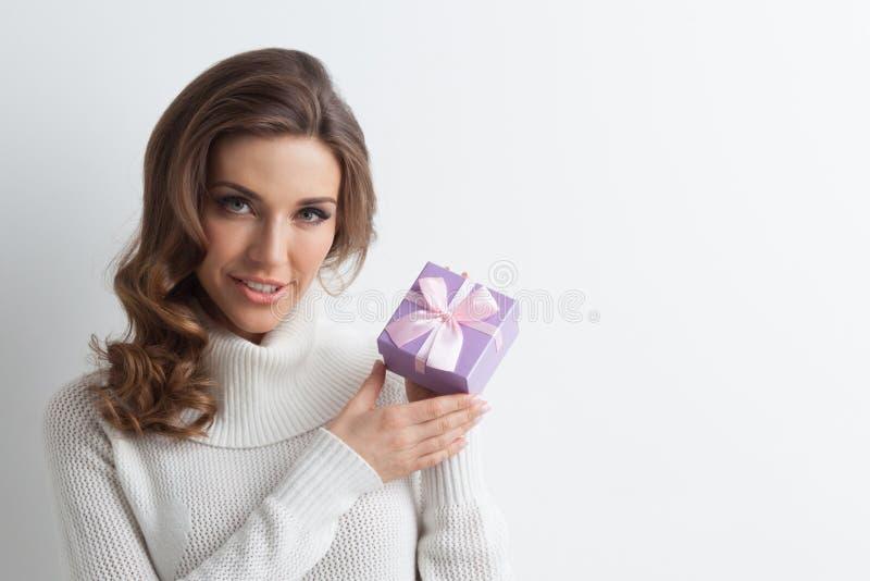 Kobieta chwyta bożych narodzeń prezenta pudełko obraz stock