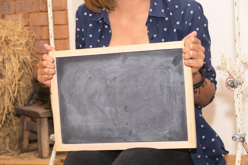 Kobieta chwyta chalkboard obraz stock