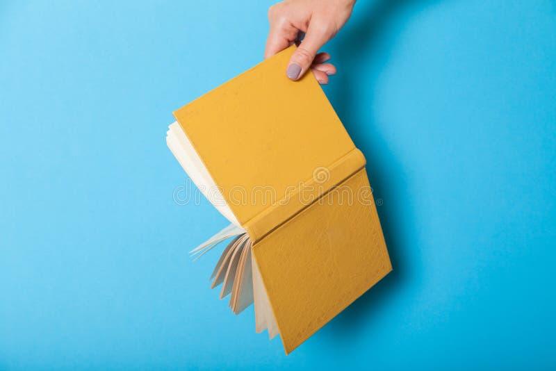 Kobieta chwyta dzienniczka notatnik Szkolnego papieru literatura obrazy royalty free