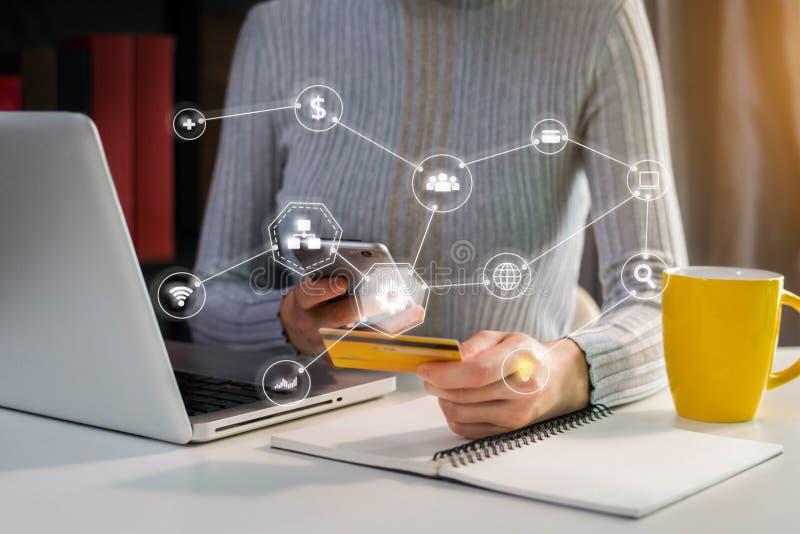 Kobieta chwyta karty kredytowe, zachowanie transakcje finansowe przez telefonu komórkowego obraz stock