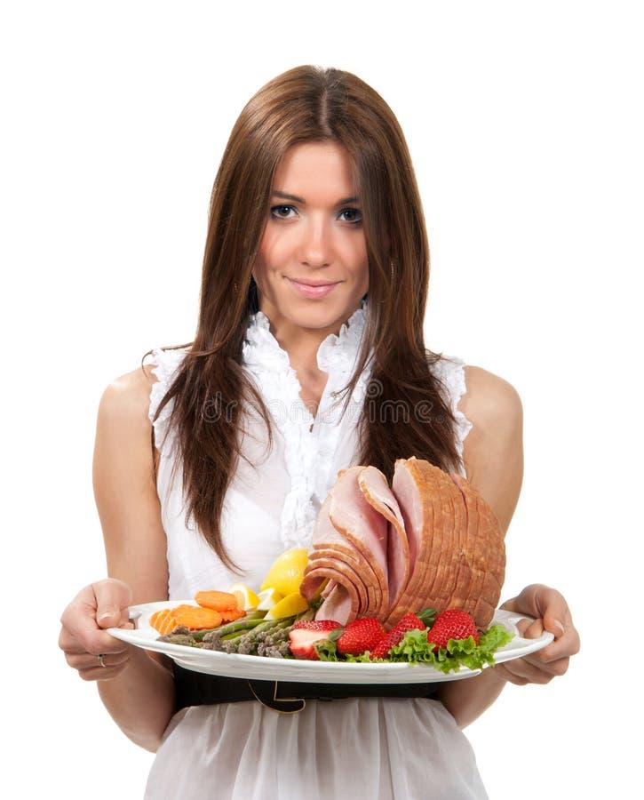 Kobieta chwyta talerz z uwędzonym pokrojonym baleronu mięsem zdjęcie royalty free