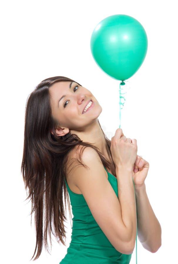 Kobieta chwyta zieleni balon w rękach dla przyjęcia urodzinowego zdjęcia stock