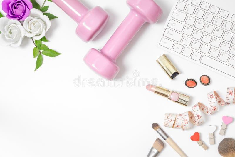 Kobieta ciężaru strata i aktywnego zdrowego styl życia biurowy desktop pojęcie Różowi dumbbells, wzrastali, klawiatura, mierząca  fotografia royalty free