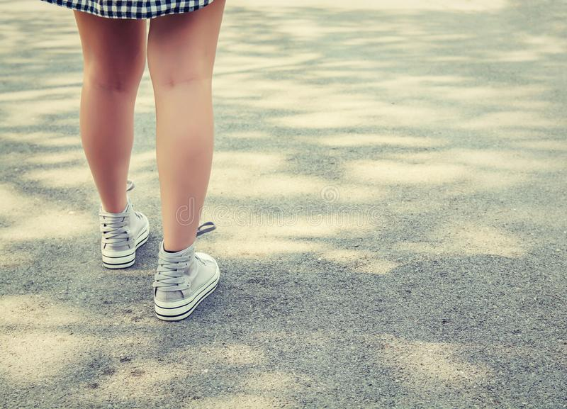 Kobieta cieki chodzi w parku fotografia stock