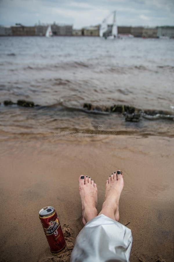Kobieta cieki i puszka Baltika piwo obraz royalty free