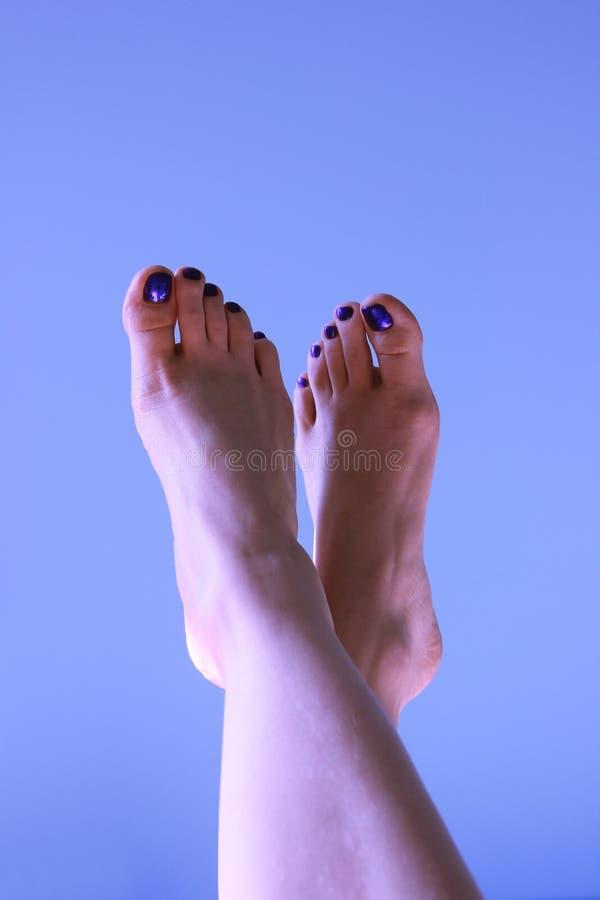 Kobieta cieki na błękitnym tle zdjęcia stock