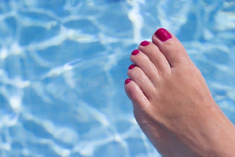 Kobieta cieki na basen wodzie obraz royalty free