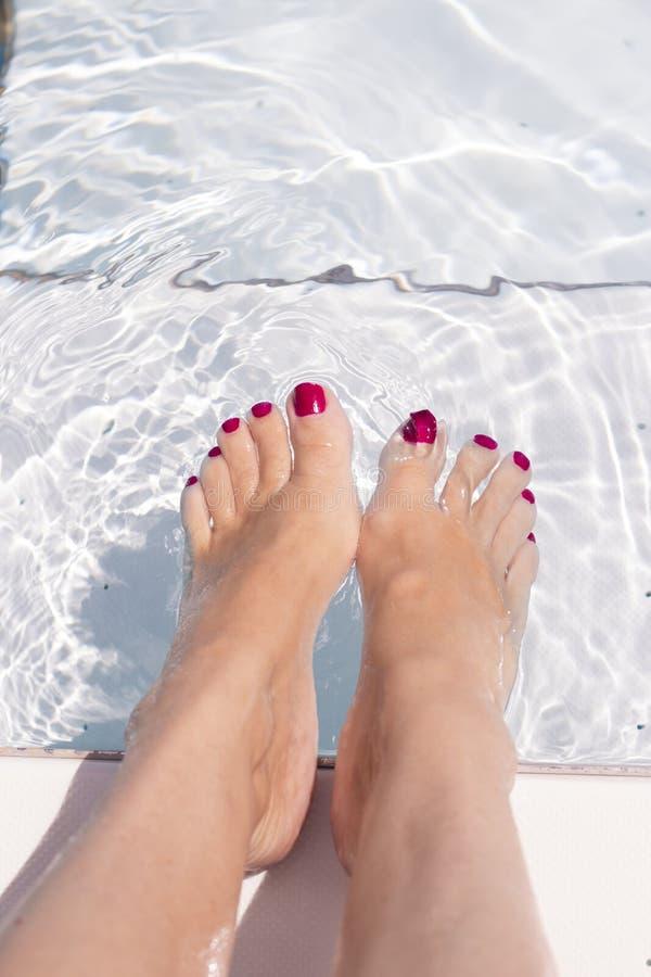 Kobieta cieki na basen wodzie obrazy royalty free