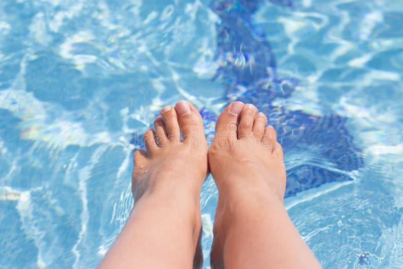 Kobieta cieki na basen wodzie zdjęcia stock