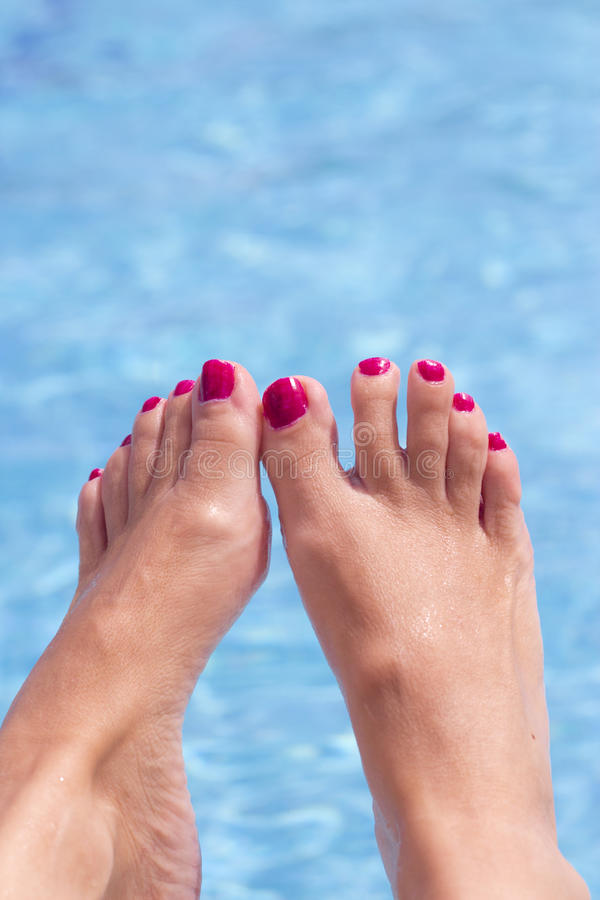 Kobieta cieki na basen wodzie zdjęcia royalty free