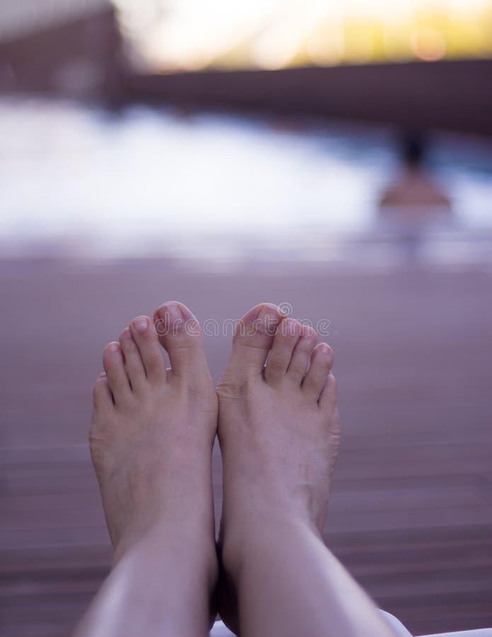 Kobieta cieki na krześle przy basenem obraz royalty free