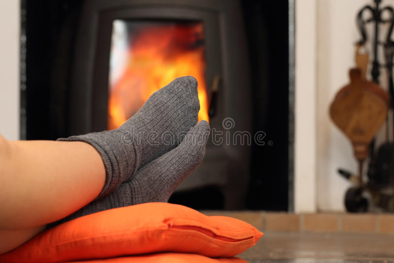 Kobieta cieki z skarpety odpoczynkowym pobliskim pożarniczym miejscem fotografia royalty free