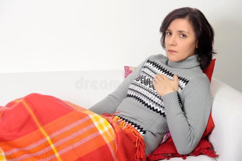 Kobieta cierpi od klatka piersiowa bólu zdjęcia royalty free