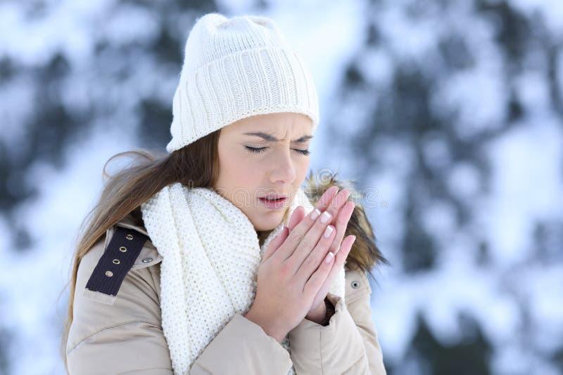 Kobieta cierpi zimną zimę outdoors fotografia stock