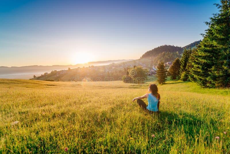 Kobieta cieszy się życie przy pogodnym rankiem zdjęcia stock