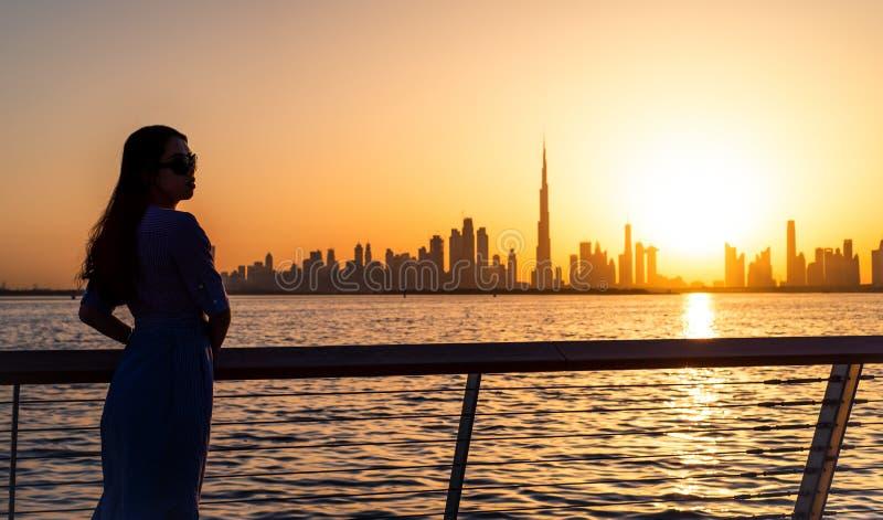 Kobieta cieszy się Dubaj widok przy zmierzchem zdjęcia royalty free