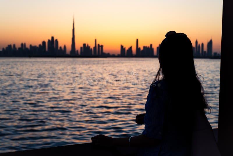 Kobieta cieszy się Dubaj widok przy zmierzchem obrazy royalty free