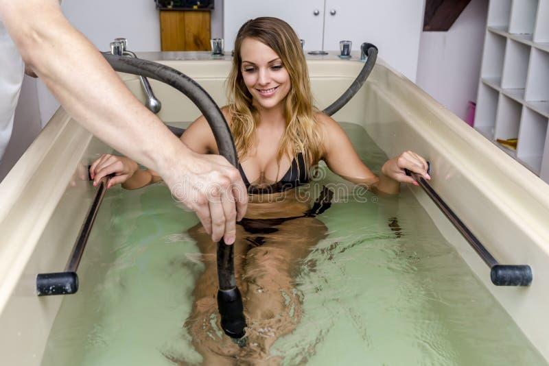 Kobieta cieszy się hydroterapia masaż obrazy stock