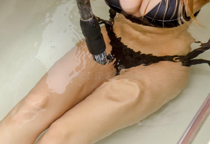 Kobieta cieszy się hydroterapia masaż obraz stock