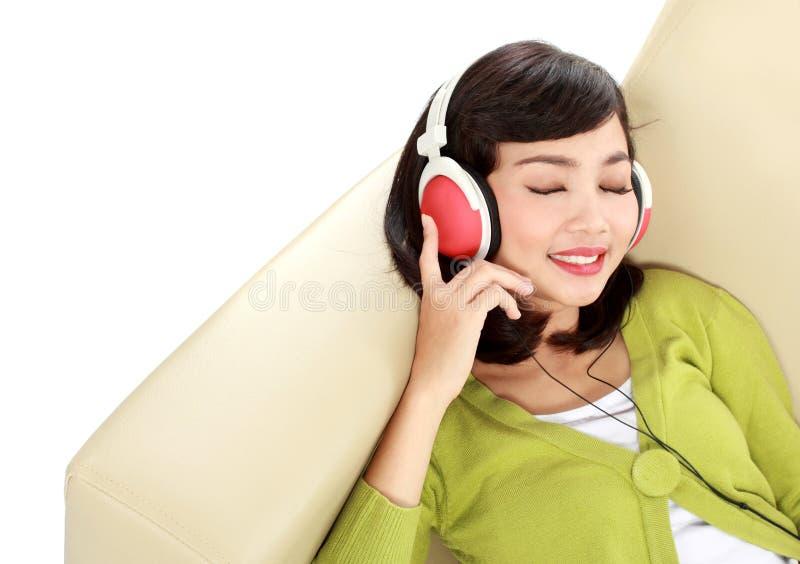 Kobieta cieszy się muzykę fotografia stock