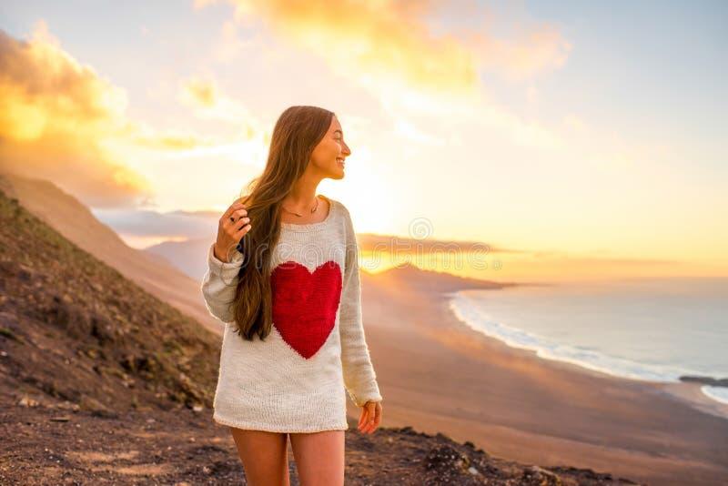 Kobieta cieszy się naturę na Fuerteventura wyspie fotografia stock