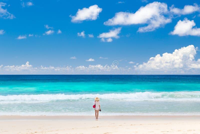 Kobieta cieszy się obrazek perfect plażę na Mahe wyspie, Seychelles zdjęcia stock