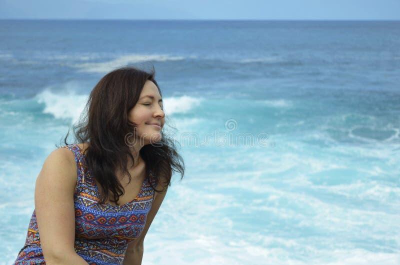Kobieta cieszy się ocean zdjęcie stock