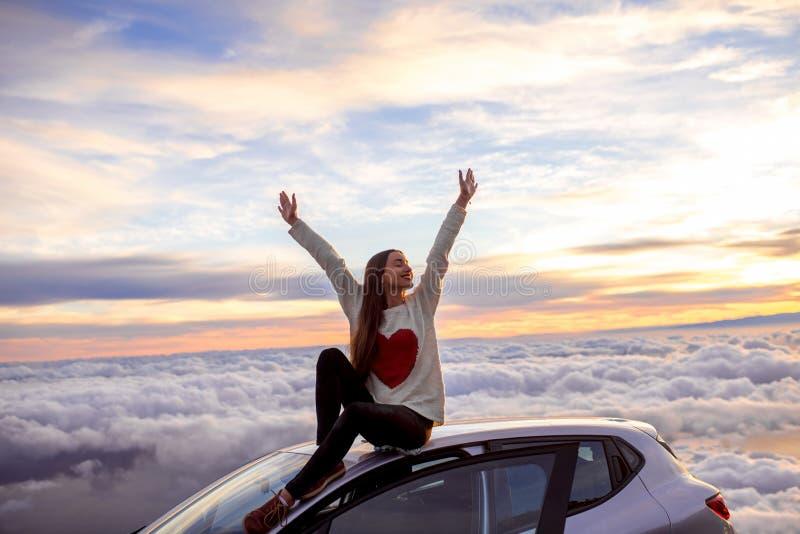 Kobieta cieszy się pięknego cloudscape fotografia royalty free