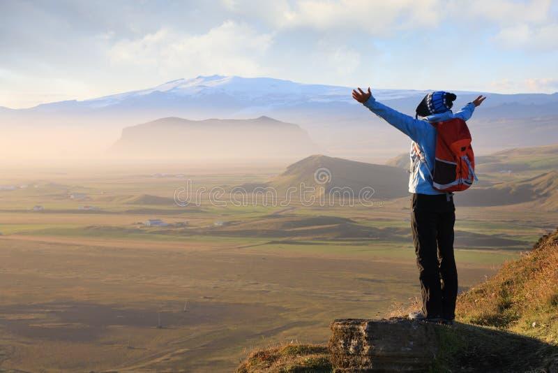 Kobieta cieszy się piękno Iceland krajobraz zdjęcia stock