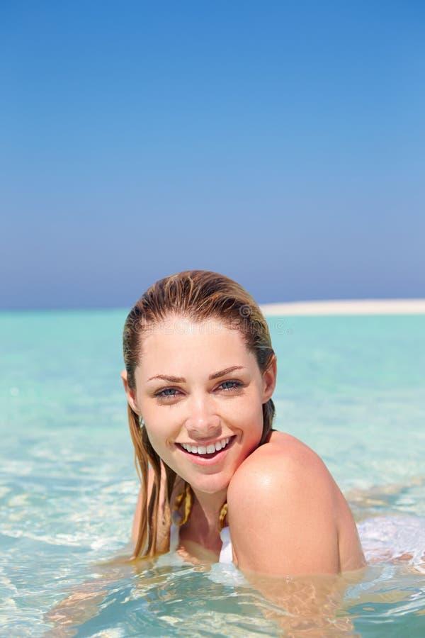Kobieta Cieszy się Plażowego wakacje zdjęcie royalty free