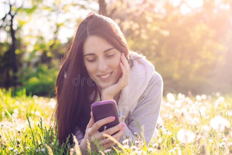 Kobieta cieszy się słońce outdoors w zmierzchu, zdjęcie royalty free