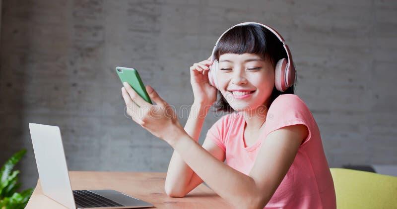 Kobieta cieszy się słucha muzykę zdjęcia stock