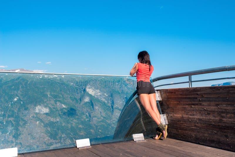 Kobieta cieszy się scenics od Stegastein punktu widzenia zdjęcia stock