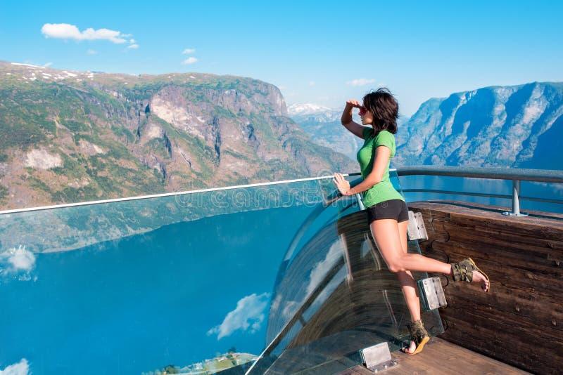 Kobieta cieszy się scenics od Stegastein punktu widzenia obraz stock